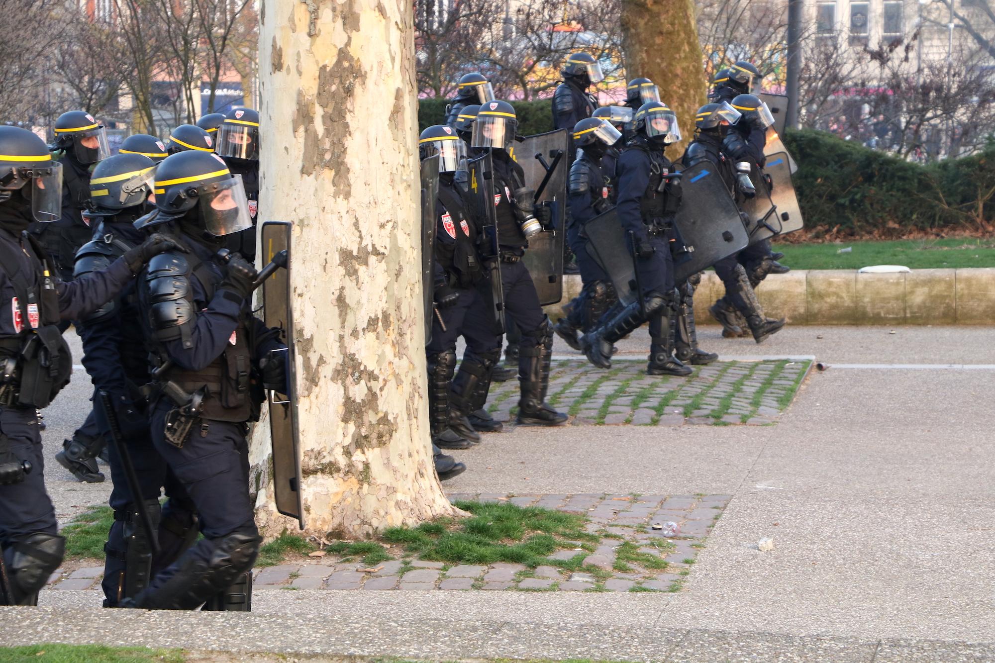 Dispersion des manifestants, charge des forces de l'ordre place République. Manifestation des gilets jaunes. Acte 19, samedi 23 mars 2019, Metz.©Maxime GONZALES